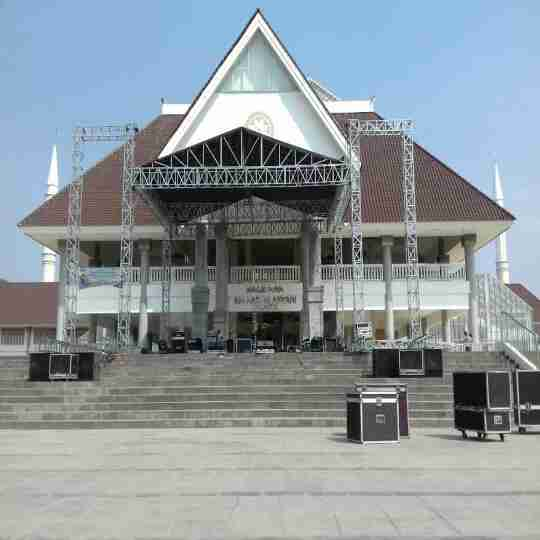 menyediakan penyewaan event all produksi berupa riging stage ,sound system' lighting, LED scren, ala