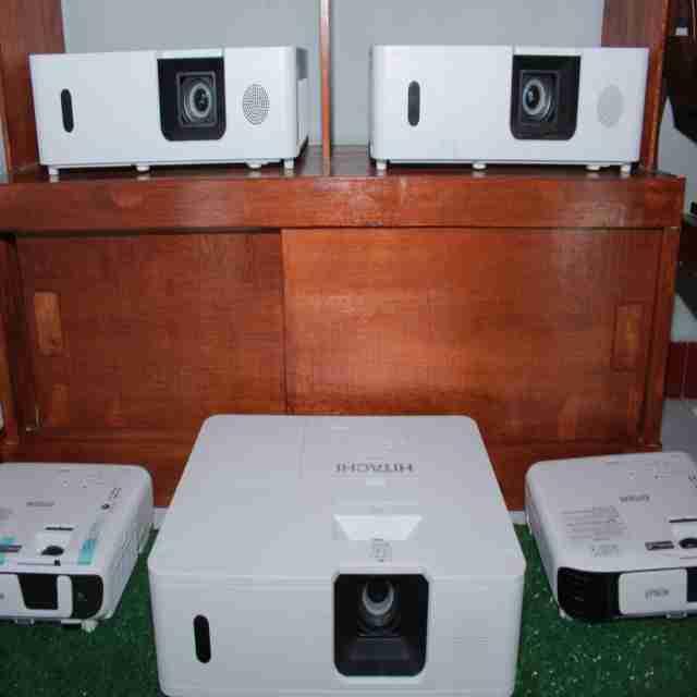 Sewa proyektor & screen dan Alat Alat Multimedia Lainnya